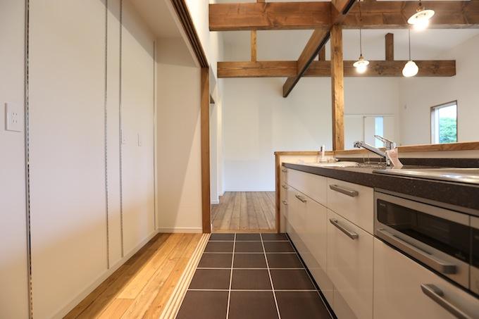 床がタイルのキッチン