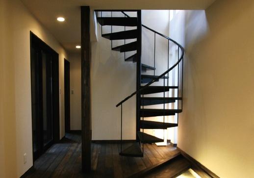 黒いらせん階段
