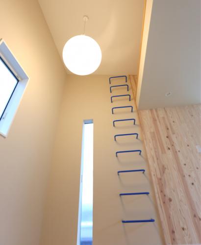 小屋裏収納と固定はしご