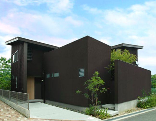 サイディングの黒い外壁の家
