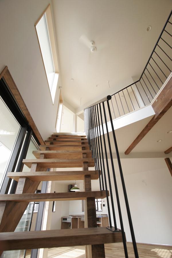 ストリップ階段と吹き抜け