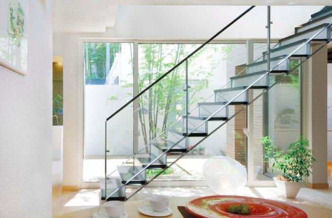 ストリプ階段(ガラス張り)