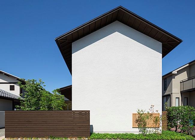 窓のない切妻屋根の家