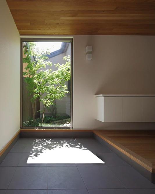 庭の見える玄関の窓
