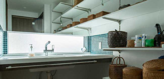 洗面の窓(鏡の下)