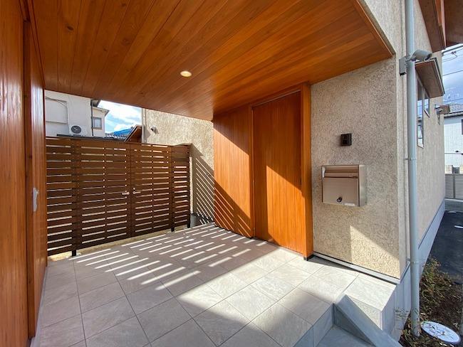 外部収納と玄関